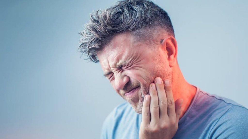 Τερηδόνα | άντρας με πονόδοντο λόγω τερηδόνας